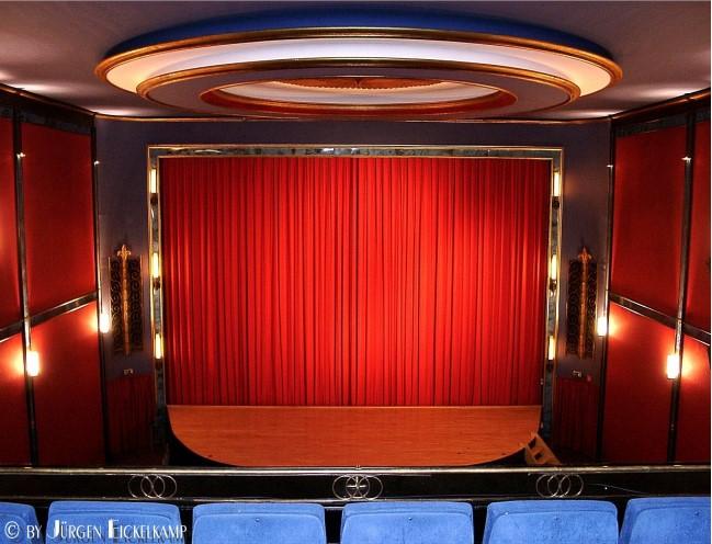 Das Burgtheater in Kleve – Kronleuchter und Samtvorhang