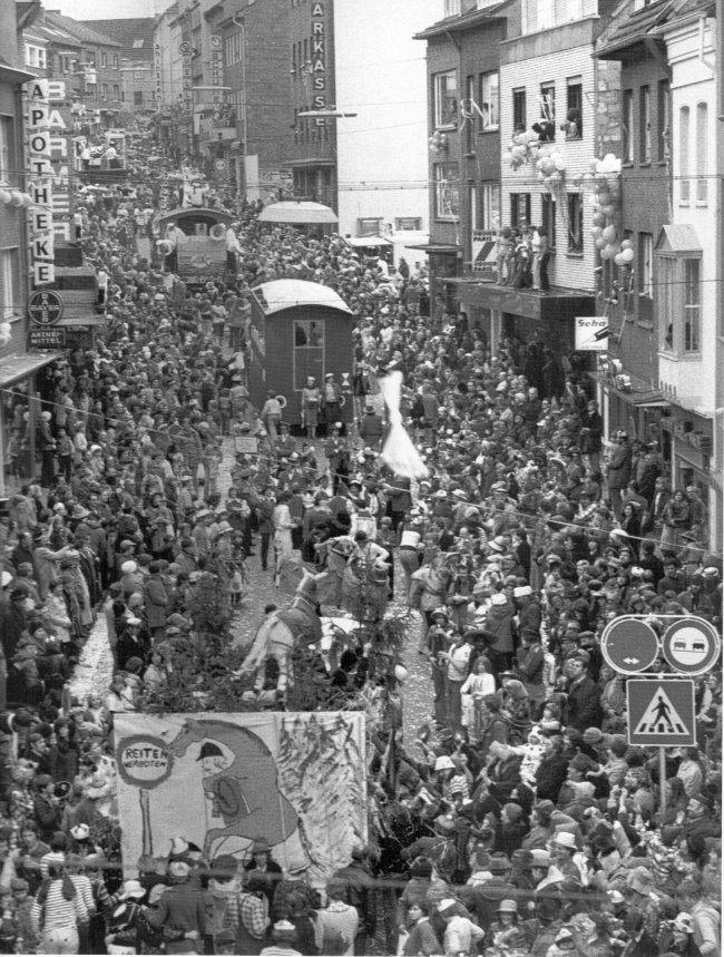 Proppenvolle Innenstadt beim Rosenmontagszug 1977