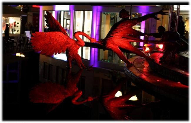 De rode zwaan in de Elsa-fontein van Kleve