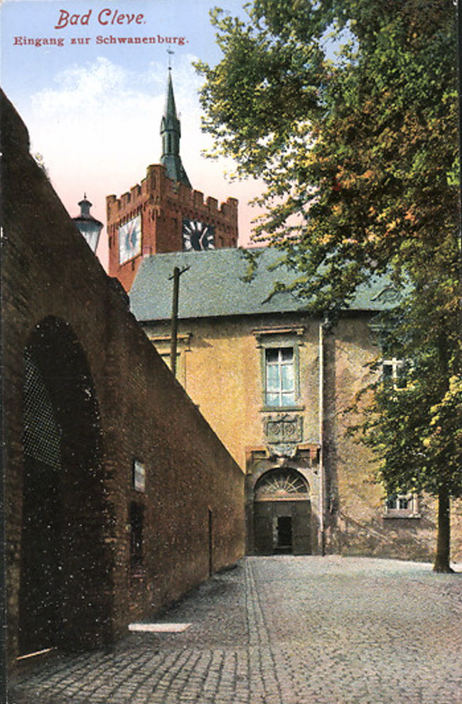Die wuchtige Eingangsmauer der Schwanenburg