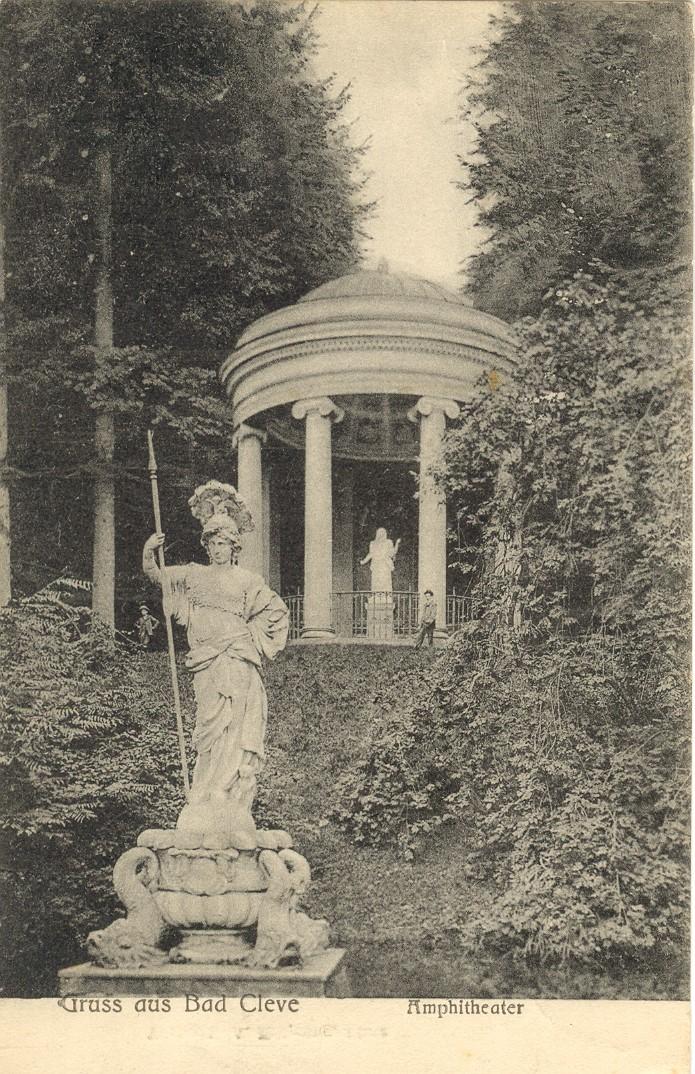 Ceres hinter Minerva im Amphitheater