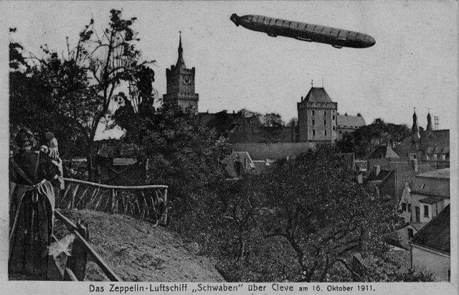 Riesig: Zeppelin-Luftschiff über Kleve