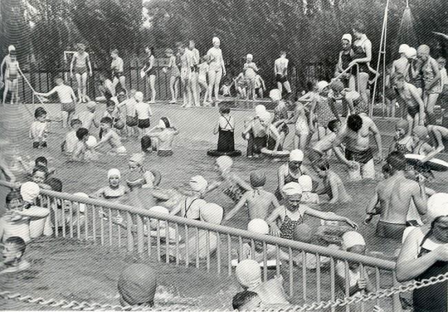 Wie herinnert zich? Weinig ruimte in het buitenzwembad van Kellen
