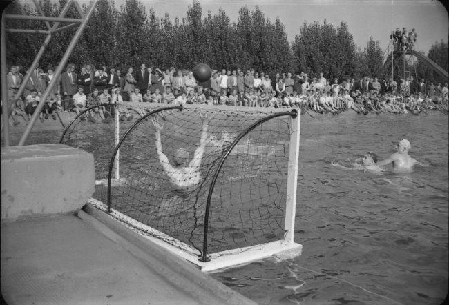 Waterpolotoernooi in het buitenzwembad van Kellen