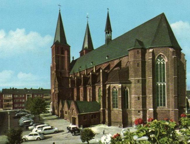 Wildes Parken vor der Stiftskirche