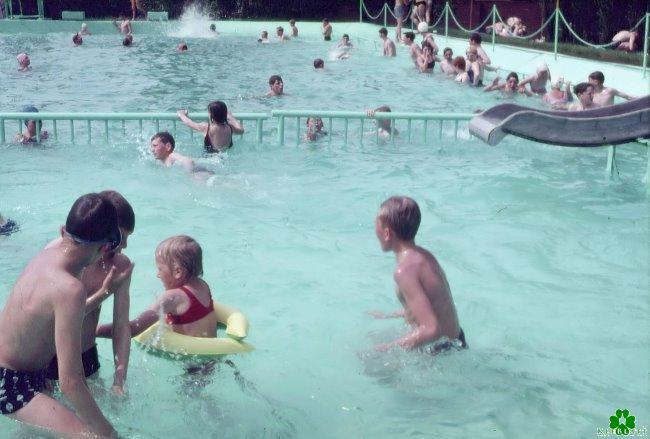 Het blauwgroene water in het buitenzwembad in Kellen