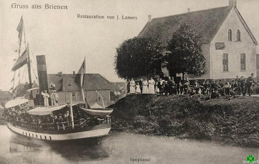 Volledig bezette boot op het Spoykanal in Brienen