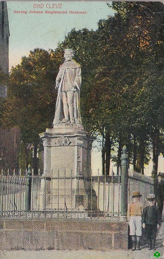 Stramm stehen vor einem Klever Denkmal